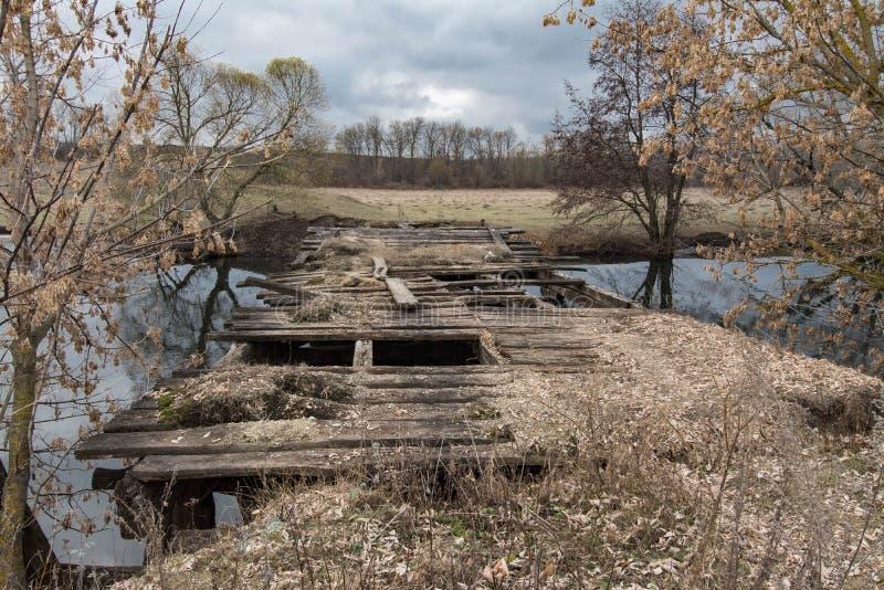 Ponte abandonada de madeira velha foto de stock royalty free