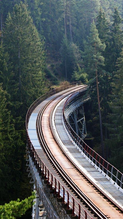 Ponte abbandonato del ferro nelle montagne fotografia stock