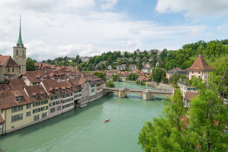 Ponte accanto al fiume Aare dell'incrocio della chiesa nel vecchio centro urbano a Berna immagine stock libera da diritti