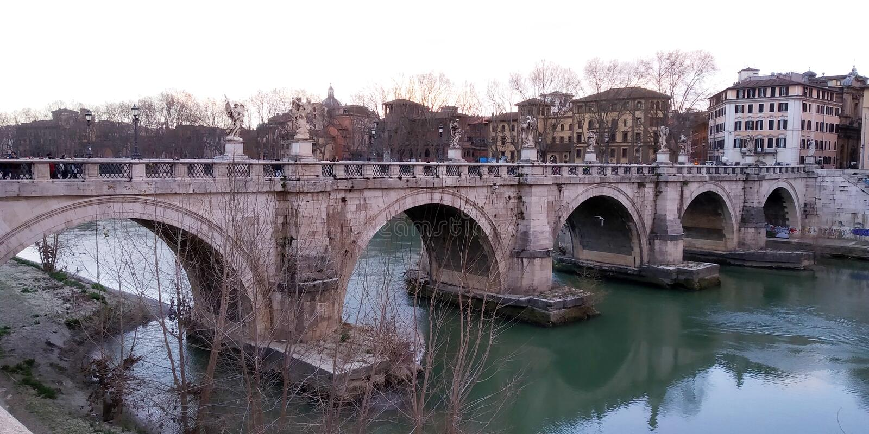 Ponte acima do rio de Tibre, Roma, It?lia imagens de stock royalty free
