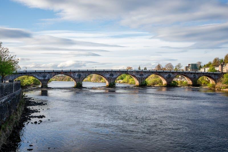 Ponte ad ovest incurvato scenico attraverso il fiume Tay a Perth fotografie stock libere da diritti