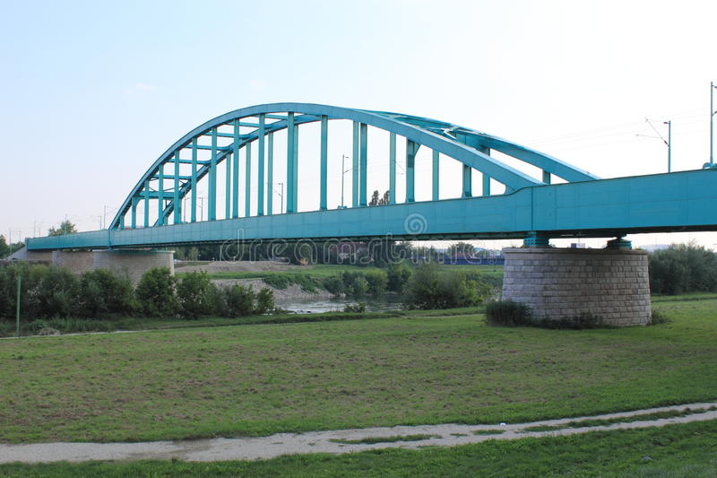 Ponte adriático azul no Rio Sava imagem de stock