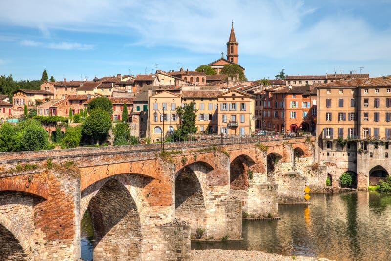 Ponte agradável que conduz à catedral em Alby França imagem de stock