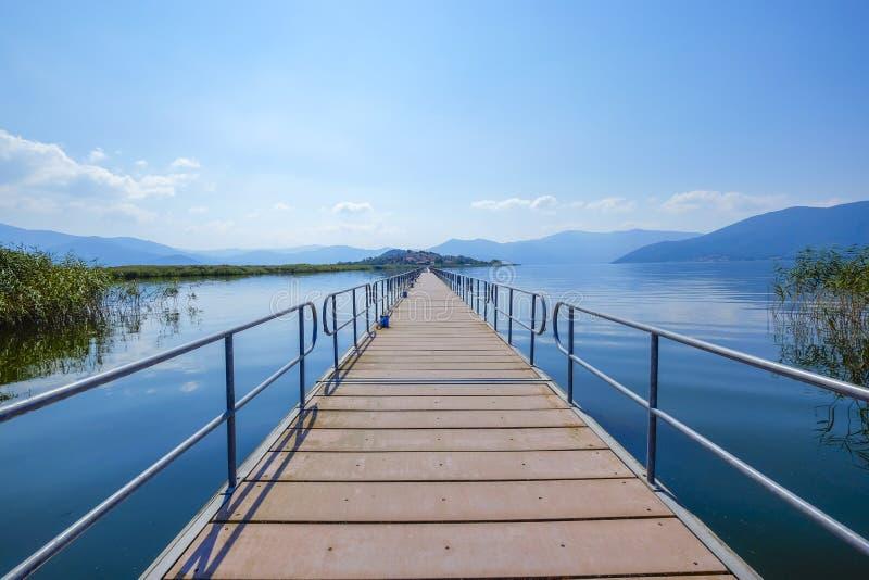 Ponte al prespa Grecia del piccolo lago di achillios di aggi dell'isola fotografia stock libera da diritti