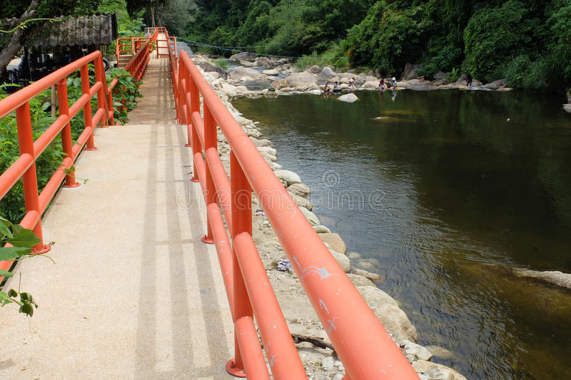 Ponte alaranjada no rio fotografia de stock royalty free