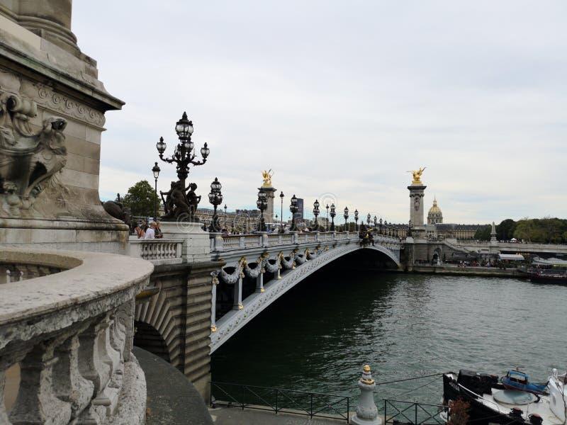 Ponte Alexandre 3, III e Seine River de Paris foto de stock