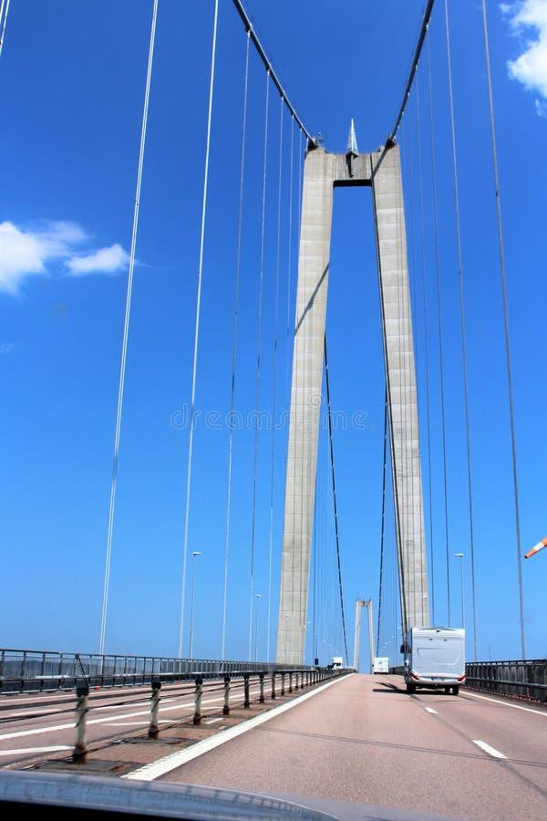 A ponte alta da costa sobre o rio Å ngermanälven imagens de stock