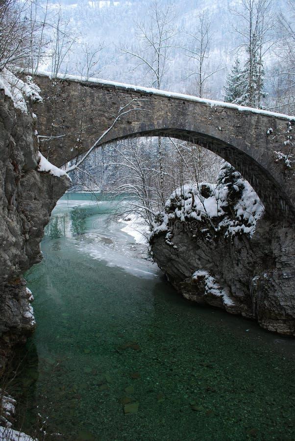 Ponte Antic sobre um Green River fotos de stock royalty free