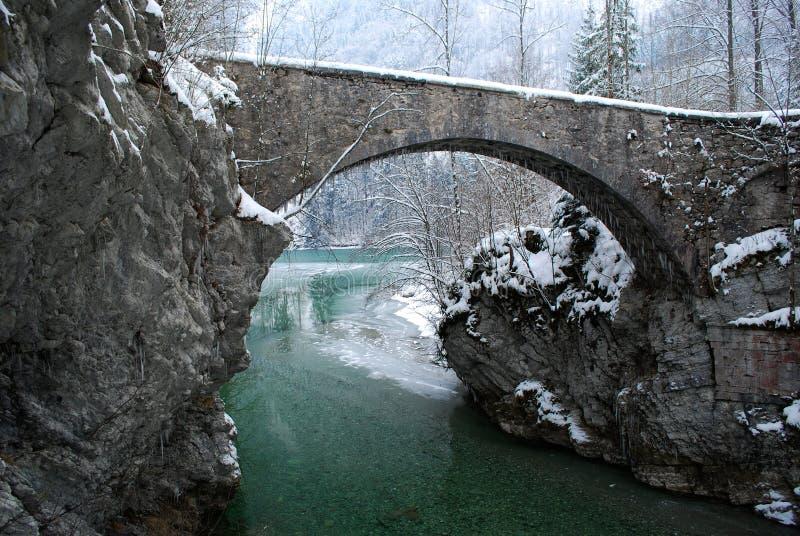 Ponte Antic sobre um Green River foto de stock