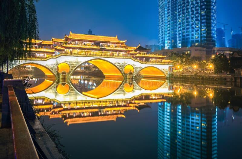 Ponte antico di Chengdu alla notte immagini stock libere da diritti
