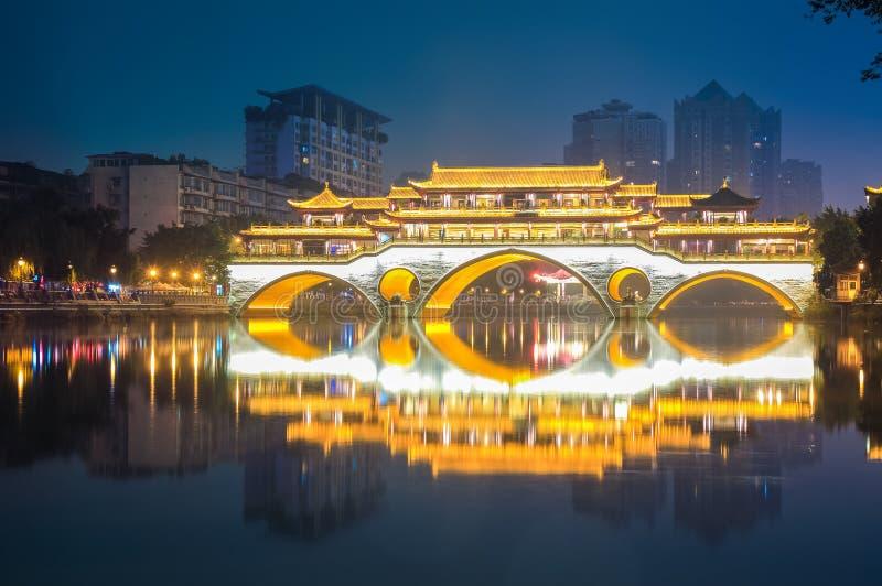 Ponte antico di Chengdu alla notte fotografia stock libera da diritti