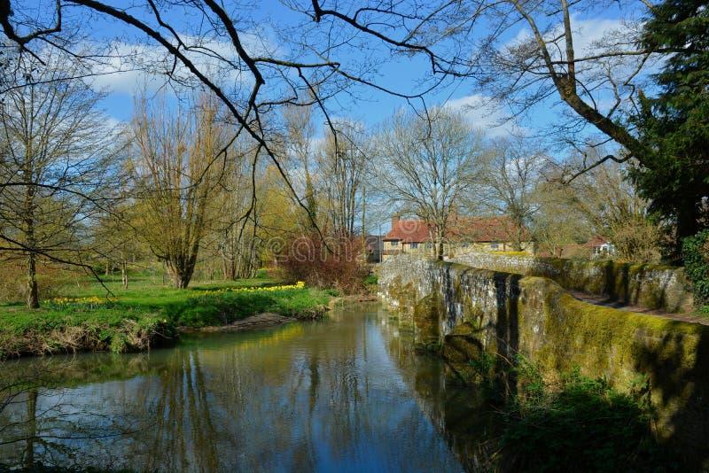 A ponte antiga cruza o rio Rother Stedham, Sussex Reino Unido fotografia de stock royalty free
