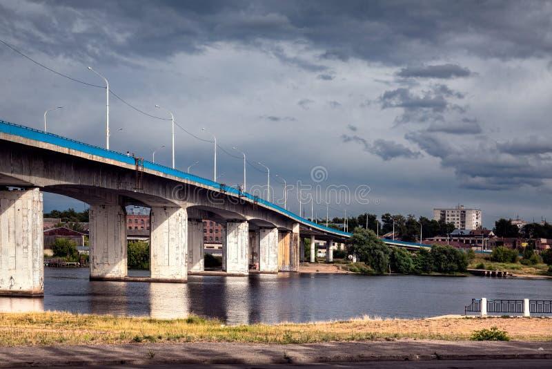 A ponte ao outro lado Kostroma imagem de stock