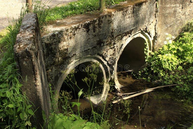 Ponte arruinada de pedra antiga fotografia de stock