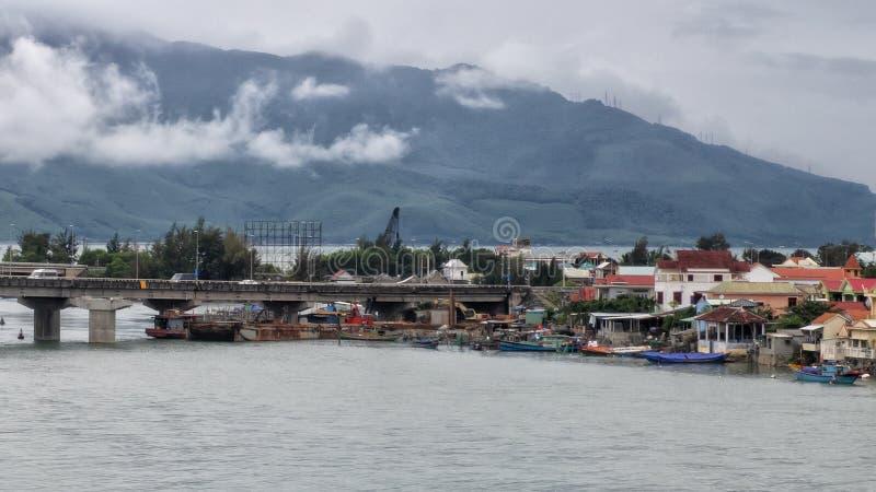 Ponte através de Lang Co Bay a Lang Co Beach, vista de Hai Ann Pass fotografia de stock