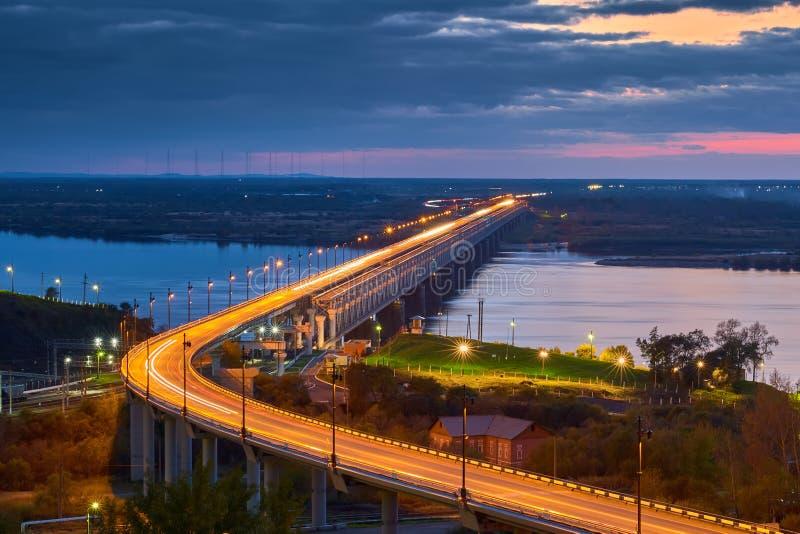 A ponte através do rio imagens de stock