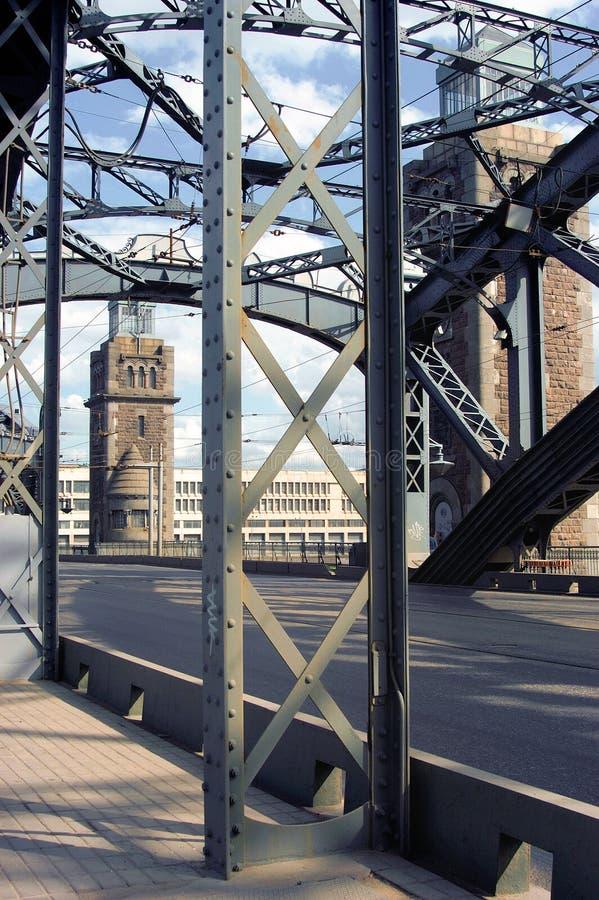 A ponte através do rio imagem de stock