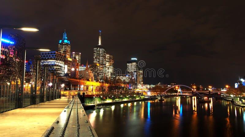 Ponte através do rio do yarra na noite na cidade de Melbourne, Austrália imagens de stock royalty free