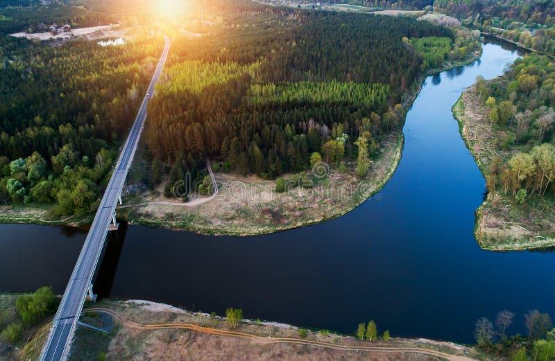 Ponte attraverso il fiume, aereo immagine stock libera da diritti