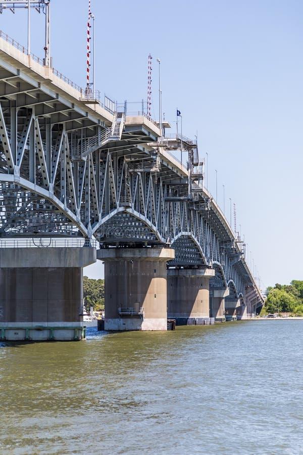 Ponte attraverso il fiume di York vicino a Yortktown fotografie stock libere da diritti
