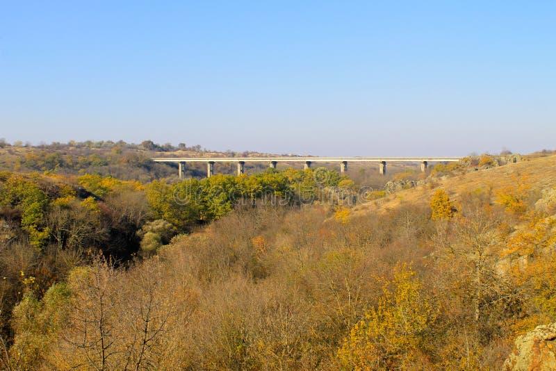 Ponte attraverso l'insetto del sud del fiume in Ucraina sull'autunno fotografia stock