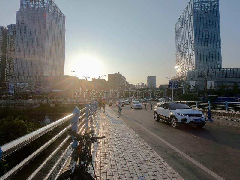Ponte, automobile, bicicletta, grattacielo immagini stock