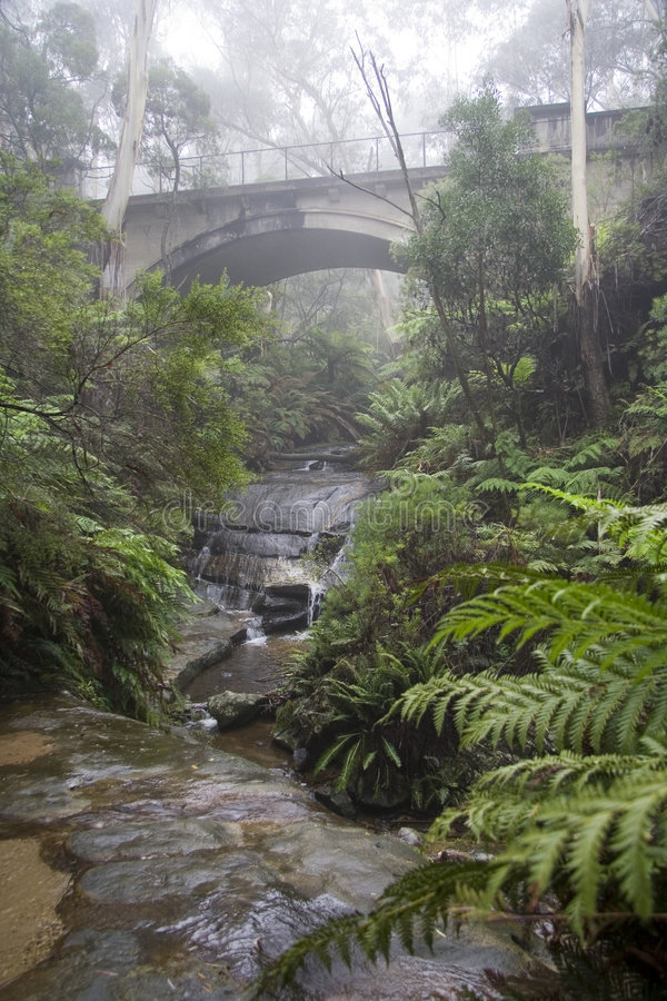 Ponte azul das montanhas na névoa imagem de stock royalty free