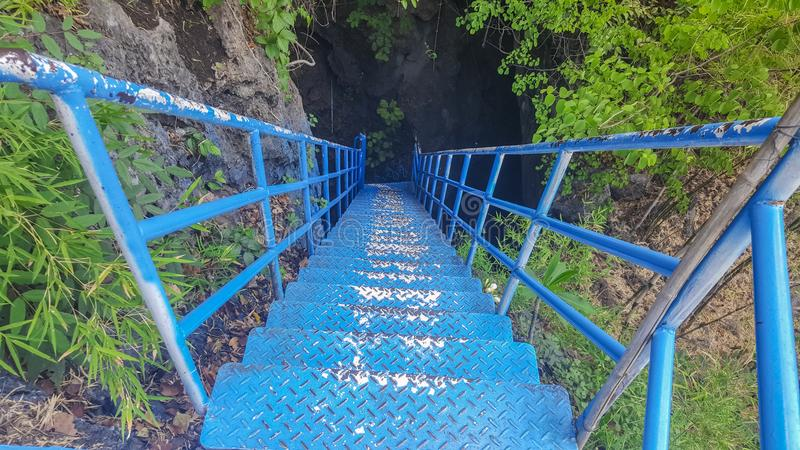 Ponte azul para aventuras em uma caverna escura Para turistas goste do excitamento imagem de stock royalty free