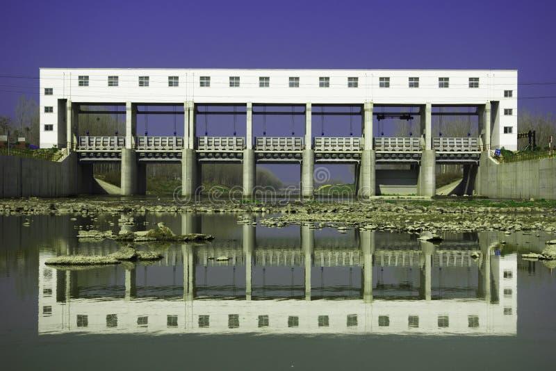 Ponte bianco e la sua ombra fotografie stock libere da diritti