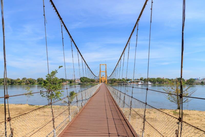 Ponte bicentenária de Banguecoque sobre o rio do sibilo na província de Tak, Tailândia imagens de stock royalty free