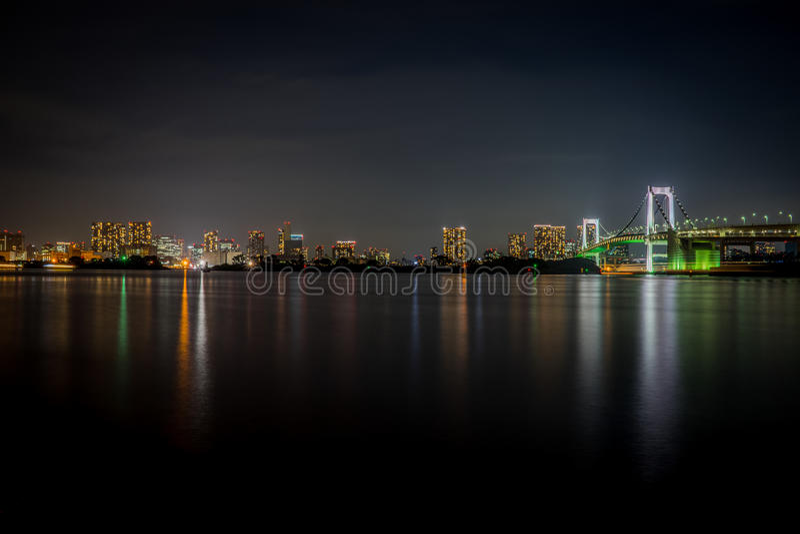 Ponte bonita do arco-íris do Tóquio na noite foto de stock
