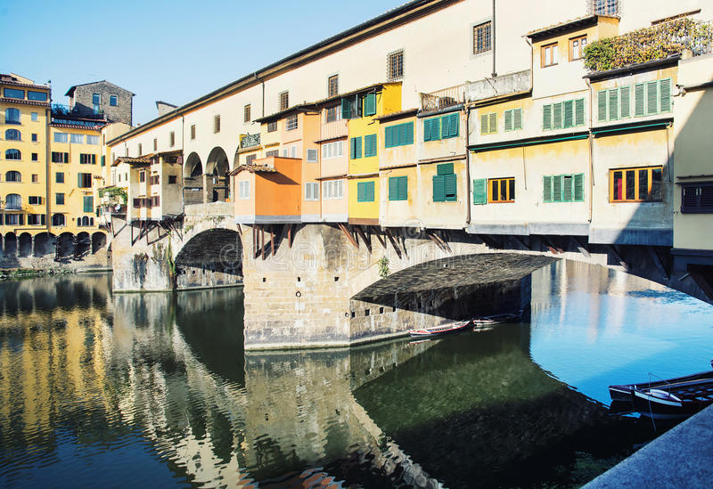 Ponte bonito Vecchio está espelhando no River Arno, Florença imagens de stock royalty free