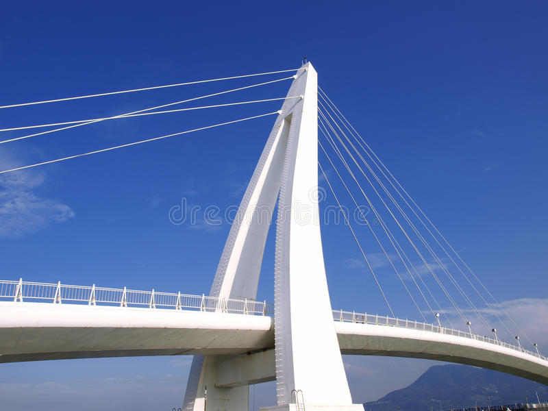 Ponte branca e céu azul imagem de stock