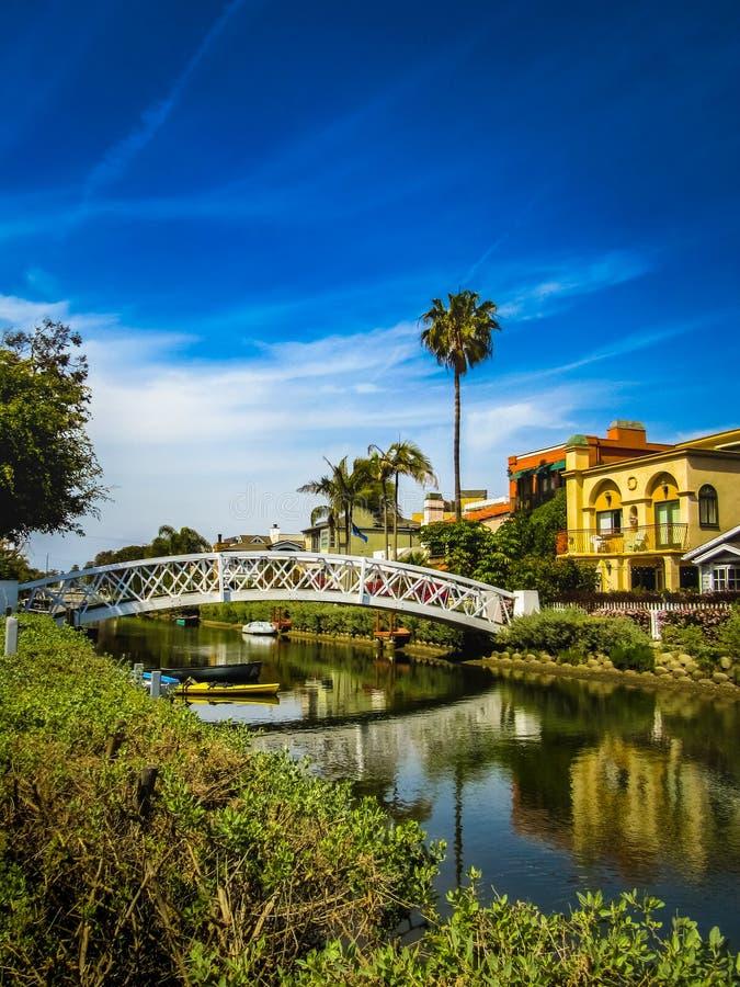 Ponte branca e casas bonitas ao longo dos canais de Veneza fotos de stock