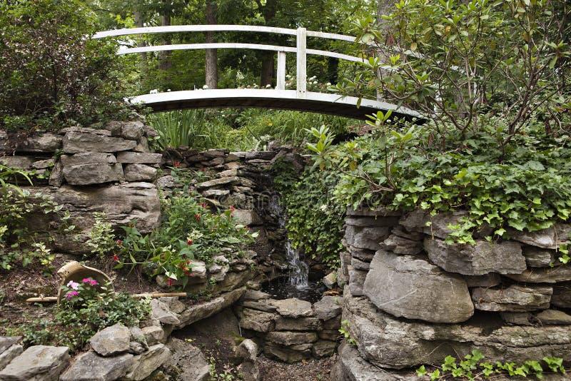 Ponte branca sobre a cachoeira imagens de stock