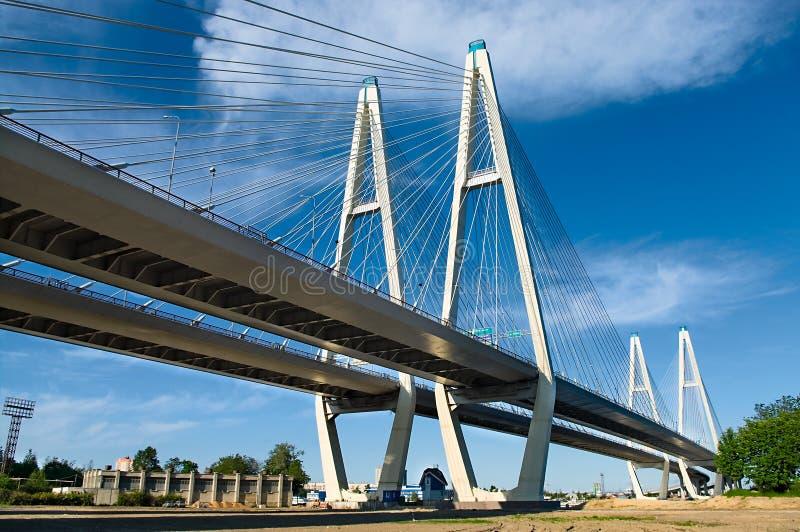 Download Ponte Cabo-apoiada Através Do Rio Foto de Stock - Imagem de porta, cidade: 10054624