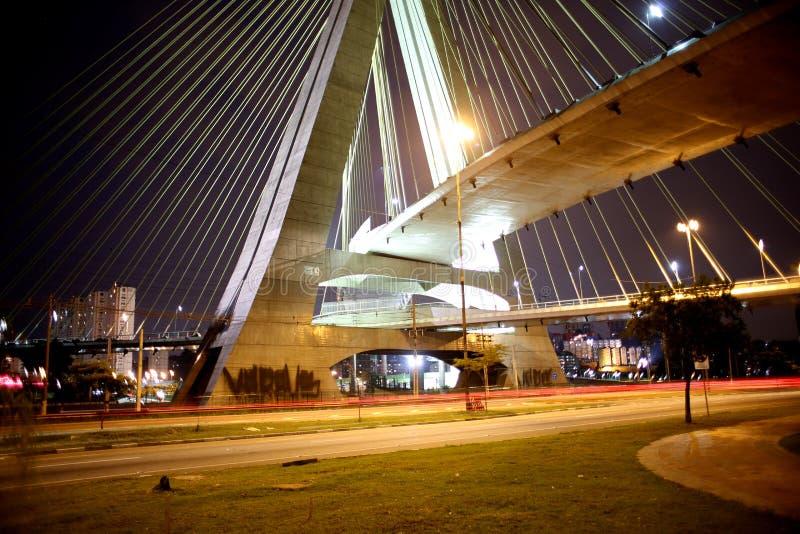ponte Cabo-ficada iluminada na noite imagens de stock