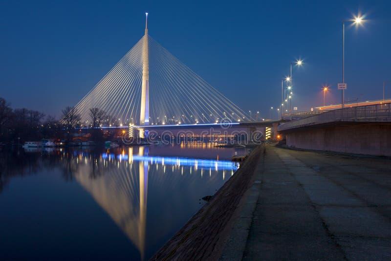 Ponte cabo-ficada iluminada na noite fotos de stock