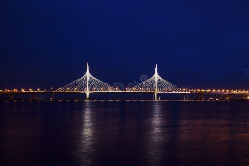 A ponte cabo-ficada nova em St Petersburg fotos de stock