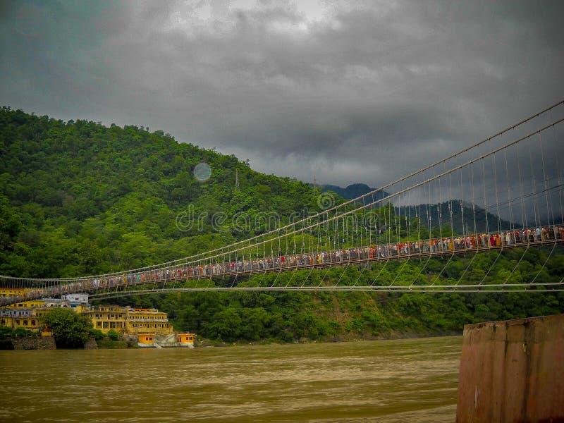 Ponte a cabo sobre o rio ganga, na índia de rishikesh Ponte Ropeway no rio Ganga fotos de stock royalty free