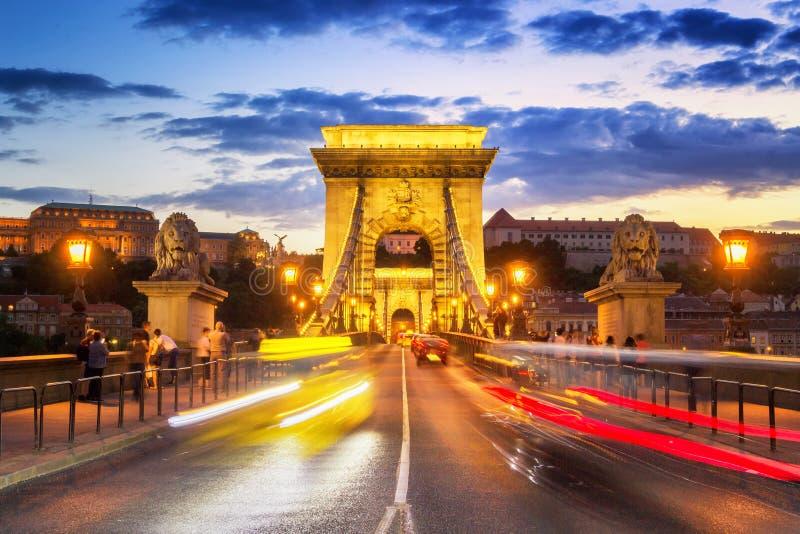 Ponte a catena di Budapest al crepuscolo immagine stock