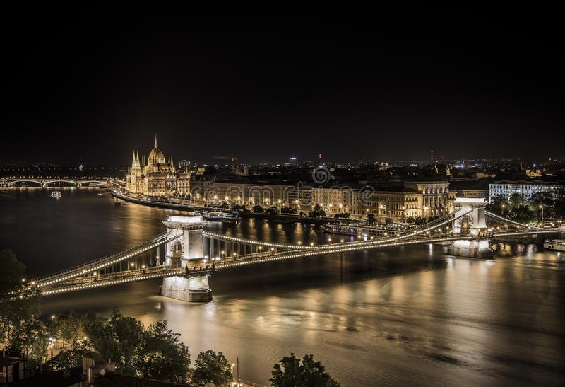 Ponte a catena ed il Parlamento di Budapest alla notte, con le belle luci notturne di Budapest ed il fiume Duna in uno sguardo sp fotografia stock