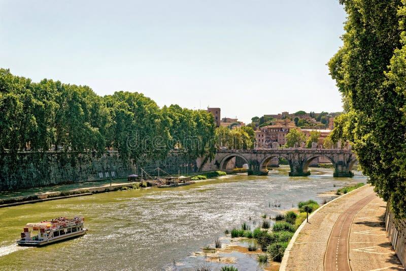 Ponte Cavour bro över den Tiber floden i Rome i Italien royaltyfri foto