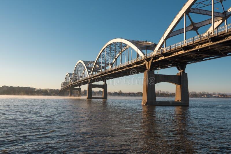 A ponte centenária cruza o rio Mississípi foto de stock