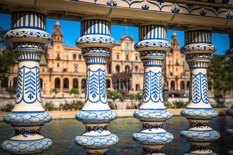 Ponte ceramico dentro Plaza de Espana in Siviglia, Spagna immagini stock libere da diritti