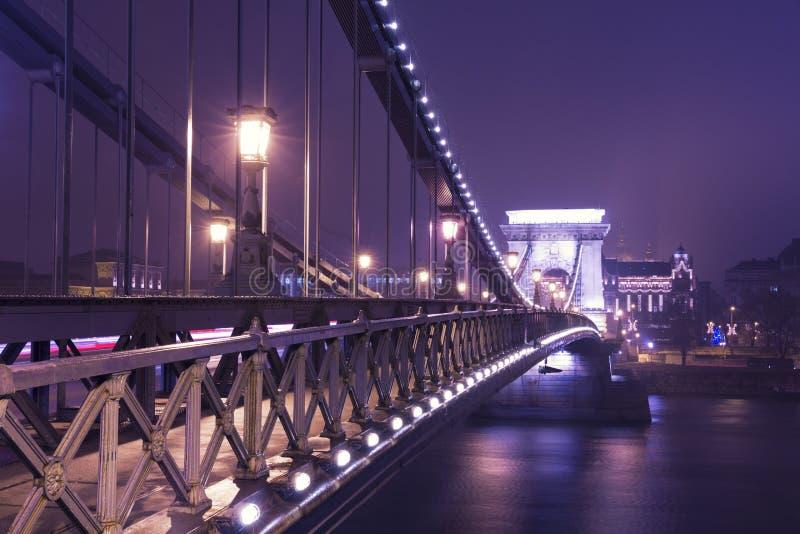 A ponte Chain na noite, Budapest foto de stock royalty free