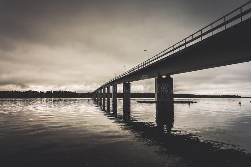 Ponte che attraversa una baia della Svezia settentrionale immagine stock libera da diritti
