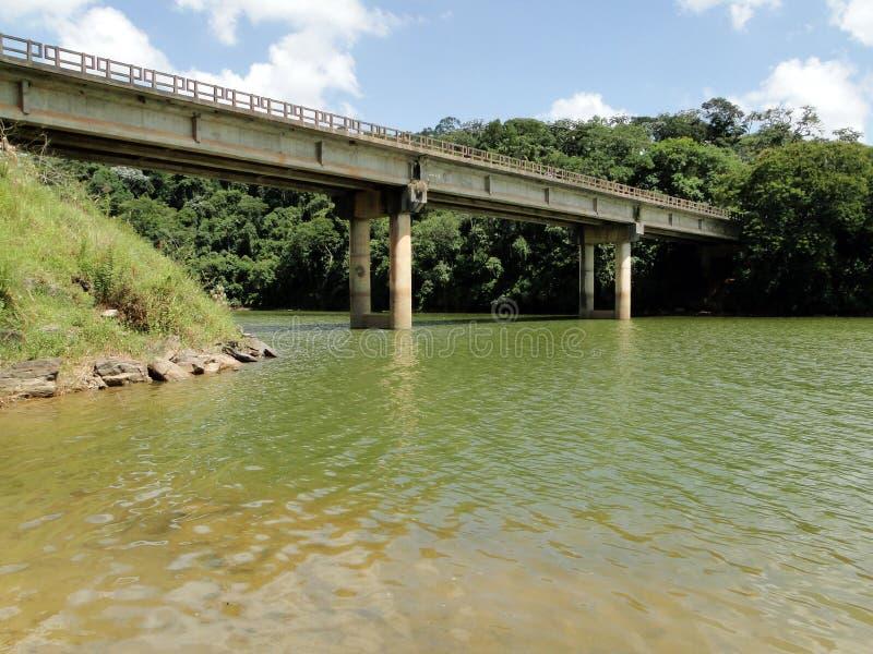 Ponte che attraversa una diga a Nazaré Paulista - Brasile immagine stock