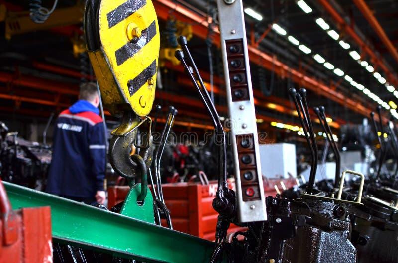 Ponte che di sollevamento Crane Hook contro lo sfondo della fabbrica industriale della catena di montaggio fotografia stock