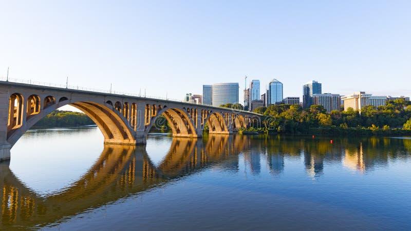 Ponte chiave sopra il fiume Potomac con i grattacieli urbani sul primo mattino in Washington DC, U.S.A. immagini stock